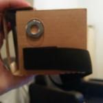 Un système d'aimant permet d'agir comme un bouton. Le déplacement de l'aimant est détecté par le téléphone et agit comme un toucher sur certaines applications